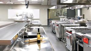 Chọn dụng cụ bếp nhà hàng khách sạn có kích thước phù hợp với quy mô?